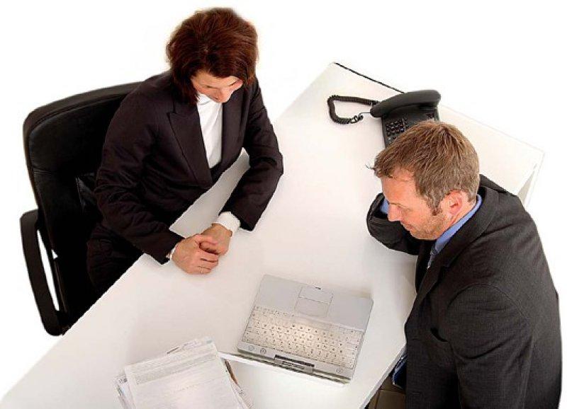 Jedes Beratungsgespräch muss protokolliert werden. Bevor man eine Anlageentscheidung trifft, sollte man das Protokoll in Ruhe prüfen. Foto: fotolia