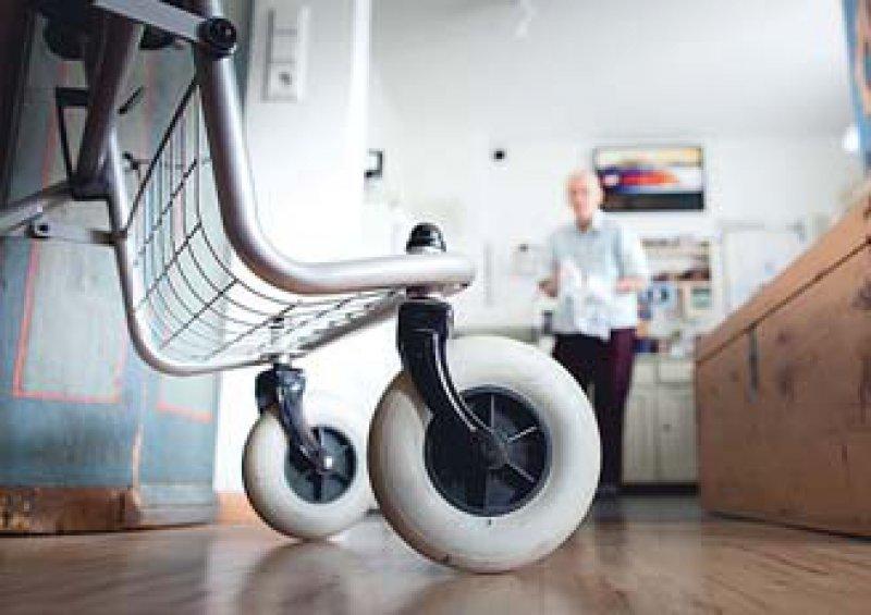 Die Pflege werde 2011 ein bestimmendes Thema, sagt der Bundesgesundheitsminister. Foto: Photothek