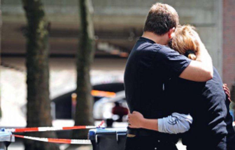 Trauernde in Duisburg in der Nähe des Loveparade-Geländes. Foto: ddp