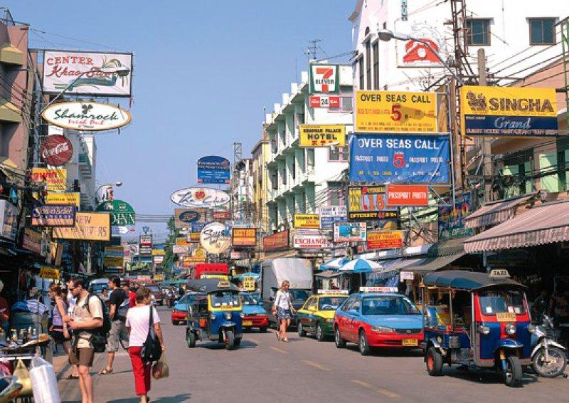 Nicht schön, aber unglaublich spannend und lebendig:Bangkok findet allmählich zurück in den Alltag. Foto: mauritius images