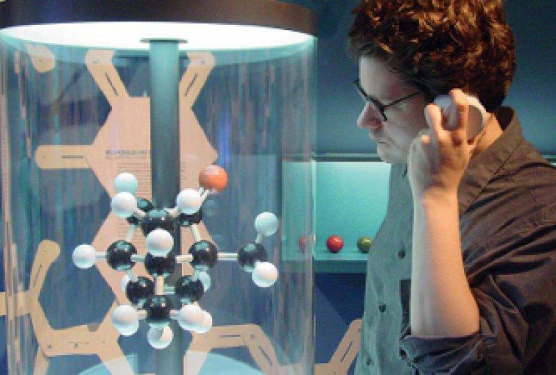 """Am Molekülmodell von Kampfer gibt es eine Hörstation für Besucher der Ausstellung """"Pillen und Pipetten"""". Fotos: Hans-Peter Theurich"""