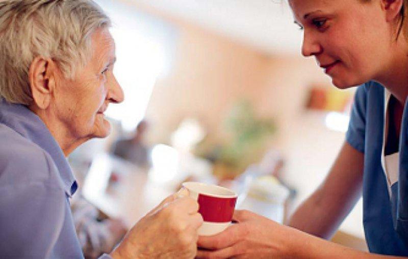 Wie kann man gute Pflege messen? Darüber gibt es nach wie vor keinen Konsens. Foto: Vario Images