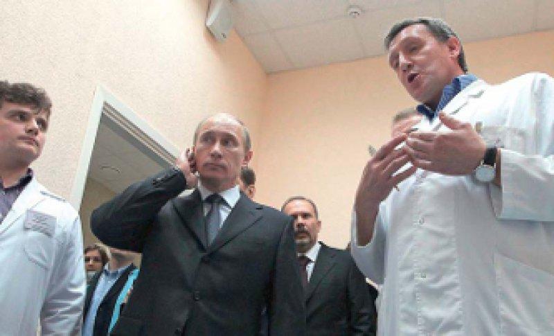 Chefsache: Premierminister Wladimir Putin, hier beim Besuch des Regionalkrankenhauses von Iwanowo, will das Gesundheitssystem finanziell besser ausstatten. Foto: action press