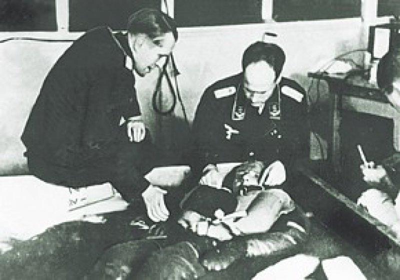 Unterkühlungsversuche im KZ Dachau: Häftlinge wurden gezwungen, über Stunden in Eiswasser auszuharren. Viele überlebten diese Quälerei nicht. Fotos: dpa