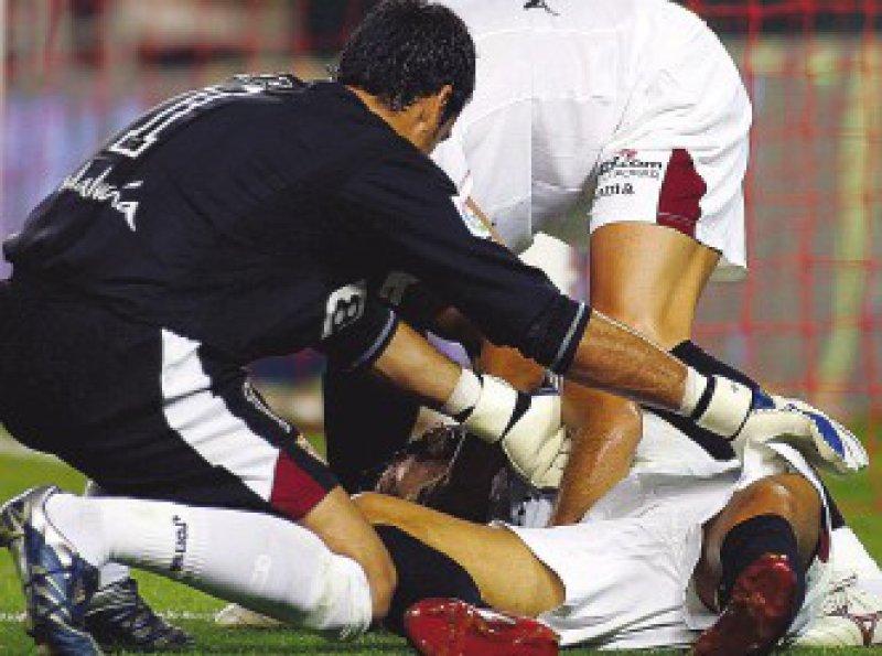 Der spanische Fußballer Antonio Puerta brach mehrfach während eines spanischen Ligaspiels zusammen. Foto: dpa