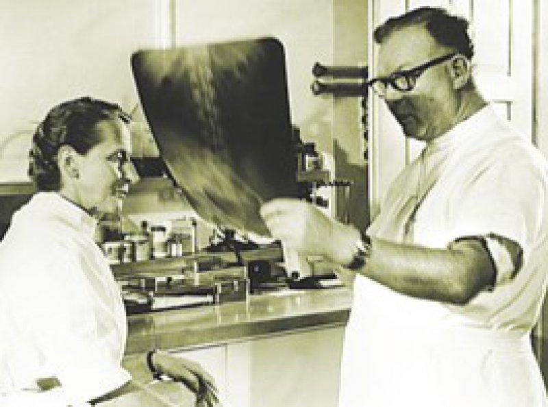 Schob sich selbst den ersten Herzkatheter: Werner Forßmann, hier mit seiner Frau Elisabeth