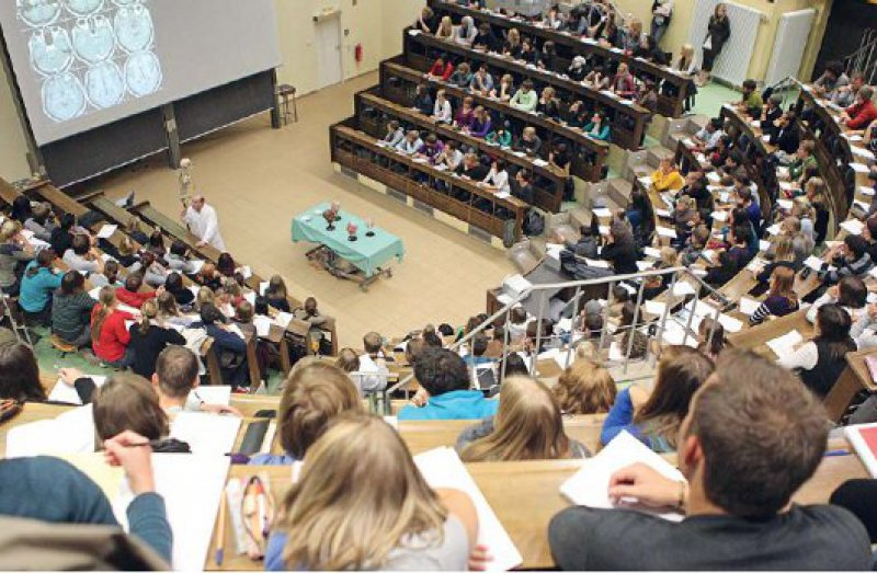 """Begrenzte Plätze, viele Bewerber: Doch anhand welcher Kriterien lässt sich vorhersagen, wer ein """"guter Arzt"""" wird? Foto: dpa"""