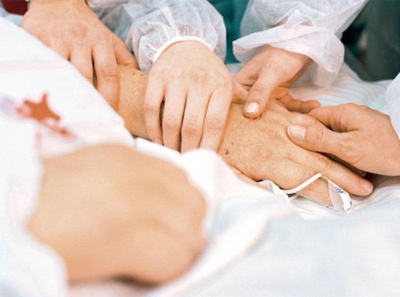 Bei Patienten, deren Wille nicht bekannt ist, muss von einer Zustimmung zu ärztlich indizierten Maßnahmen ausgegangen werden. Foto: laif