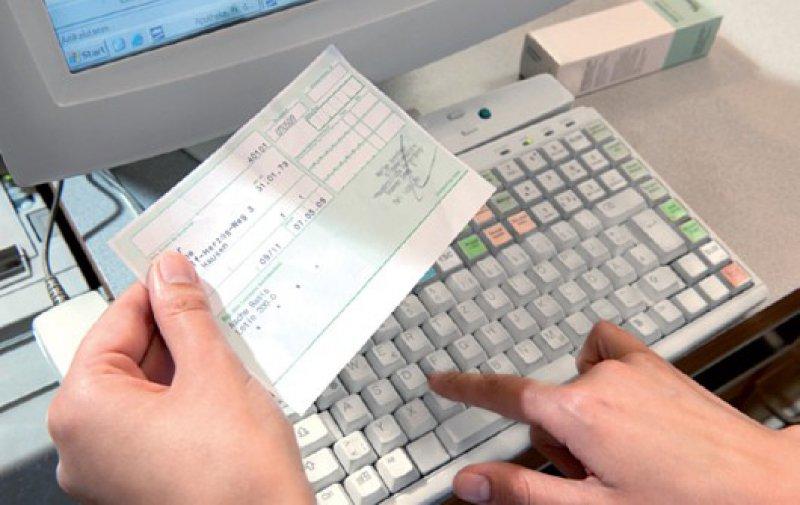 Griff zum grünen Rezept: 78 Prozent der Hausärzte empfahlen ihren Patienten im ersten Quartal 2011 rezeptfreie Präparate per Formular. Foto: ABDA