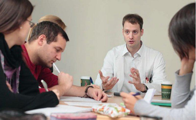 Die Psychiatrie ist ein spannendes Fach. Im Uni-Kurs von Malchow sind die Studierenden schnell fasziniert von seiner Vielfalt und Komplexität. Fotos: Ronald Schmidt