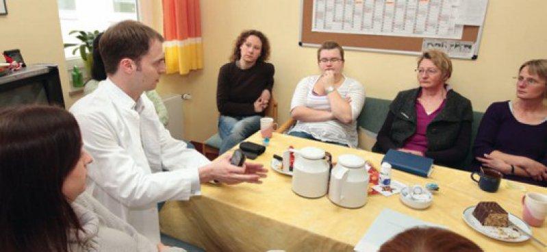 Teambesprechung: Täglich stimmt Malchow Diagnosen und Behandlungsstrategien mit der Psychologin und den Pflegekräften ab.