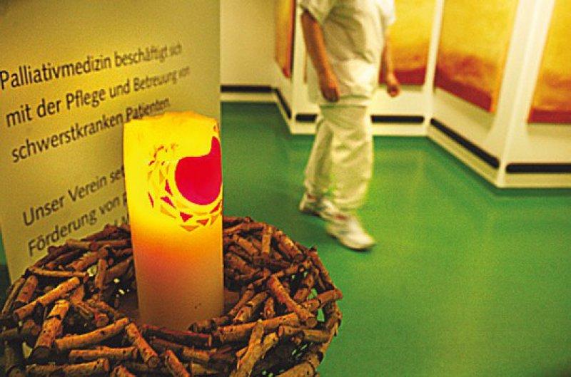 Rituale sind wichtig: Wenn ein Patient stirbt, wird die Kerze im Eingangsbereich angezündet.