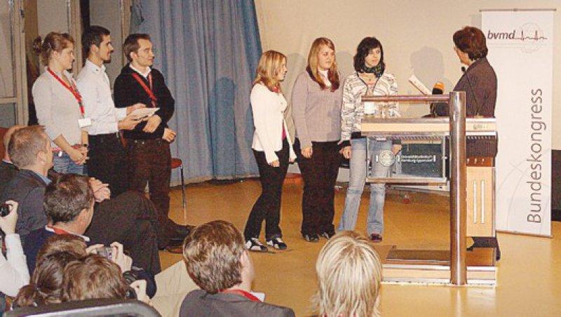 Siegerehrung: Die Arbeit der drei Schülerinnen wird von Bundesgesundheitsministerin Ulla Schmidt gewürdigt. Foto: privat