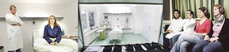 Während im Patientenzimmer Anamnese und Untersuchung stattfinden, sitzt der Rest der Kleingruppe im Nebenraum. Von dort aus verfolgen die Studierenden das Geschehen durch eine Spiegelglasscheibe und über Kopfhörer.