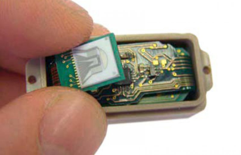 Ein in der Nähe von schwer operablen Tumoren implantierter Sensorchip könnte künftig die Konzentration an gelöstem Sauerstoff im Gewebe messen und per Funk an ein externes Empfangsgerät weitergeben. Foto: Technische Universität München