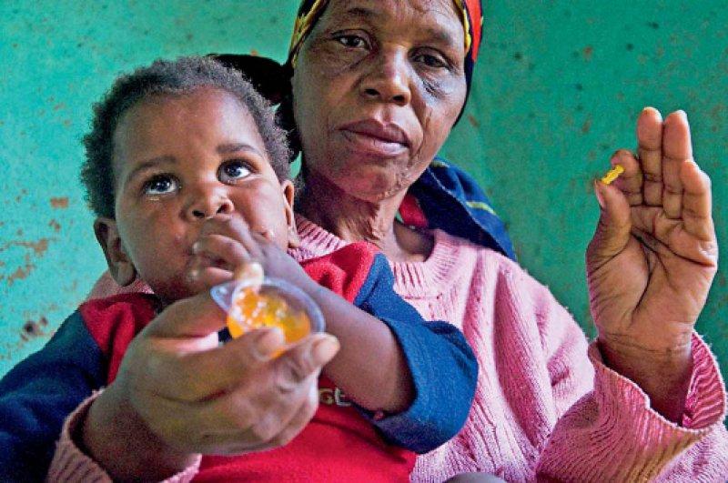 Mit Marmelade wird einem HIV-positiven Kind aus Südafrika die Einnahme eines antiretroviralen Medikaments versüßt. Foto: dapd