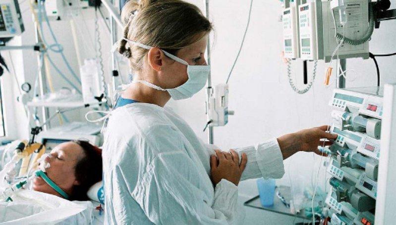 Die Atemarbeit wird beim Weaning durch zahlreiche Maßnahmen reduziert. Die meist kontrollierte Beatmung wird durch Spontanatmungsphasen unterbrochen und kontinuierlich verlängert. Foto: picture-alliance