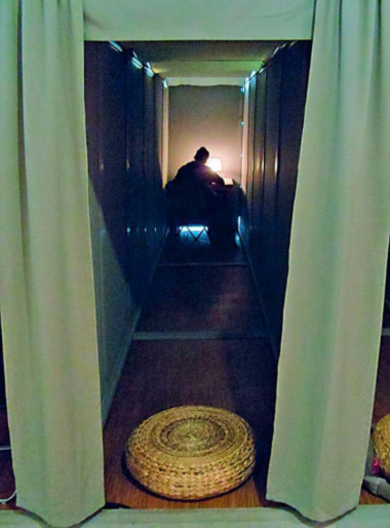 Der Erlebnisraum ermöglicht dem Besucher einen Einblick in das Innenleben eines Menschen, der an Depression leidet. Foto: Eckhard-Busch-Stiftung/markenmut. Kreatives Marketing AG