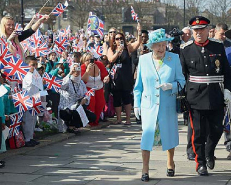Unermüdlich: Zum Jubiläum lässt sich die Queen vom Volk feiern.Foto: dapd