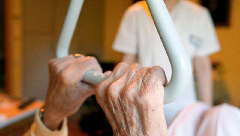 Gute Pflege ist nicht selbstverständlich: Pflegestandards werden oft nicht umgesetzt – etwa bei der Dekubitusprophylaxe. Foto: dpa