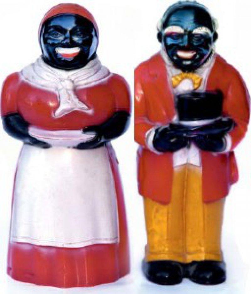 """Salz- und Pfefferstreuer """"Aunt Jemima"""" und """"Uncle Mose"""". Roter Kunststoff, zum Teil farbig gefasst (gespritzt und gemalt). Höhe jeweils 12,8 cm. Made in USA, Alter unbekannt (vermutlich 40er Jahre des 20. Jahrhunderts). Foto: Eberhard Hahne"""