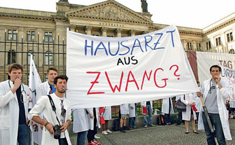 Zwang schafft keine neuen Hausärzte: Dies verdeutlichten Stephan Irannejad (3. v. l.) und seine Kommilitonen vor dem Bundesrat in Berlin. Foto: dpa