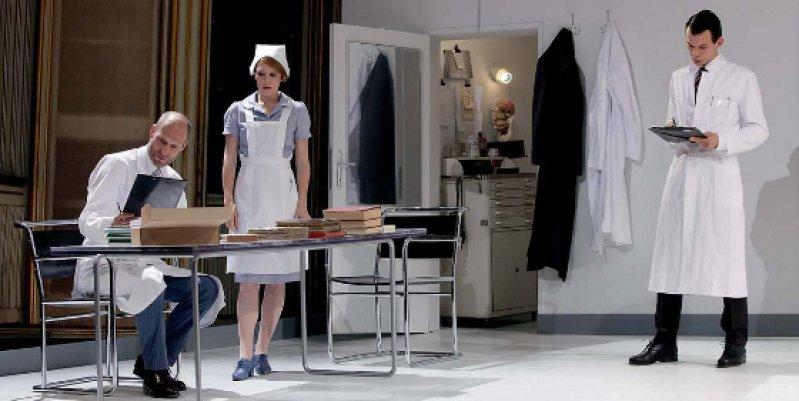 """Zahlreich sind die Arztfiguren in Schnitzlers Dramen: hier ein Bühnenfoto des Theaterstücks """"Professor Bernhard"""" am Wiener Burgtheater aus dem Jahr 2011. Foto: dapd"""