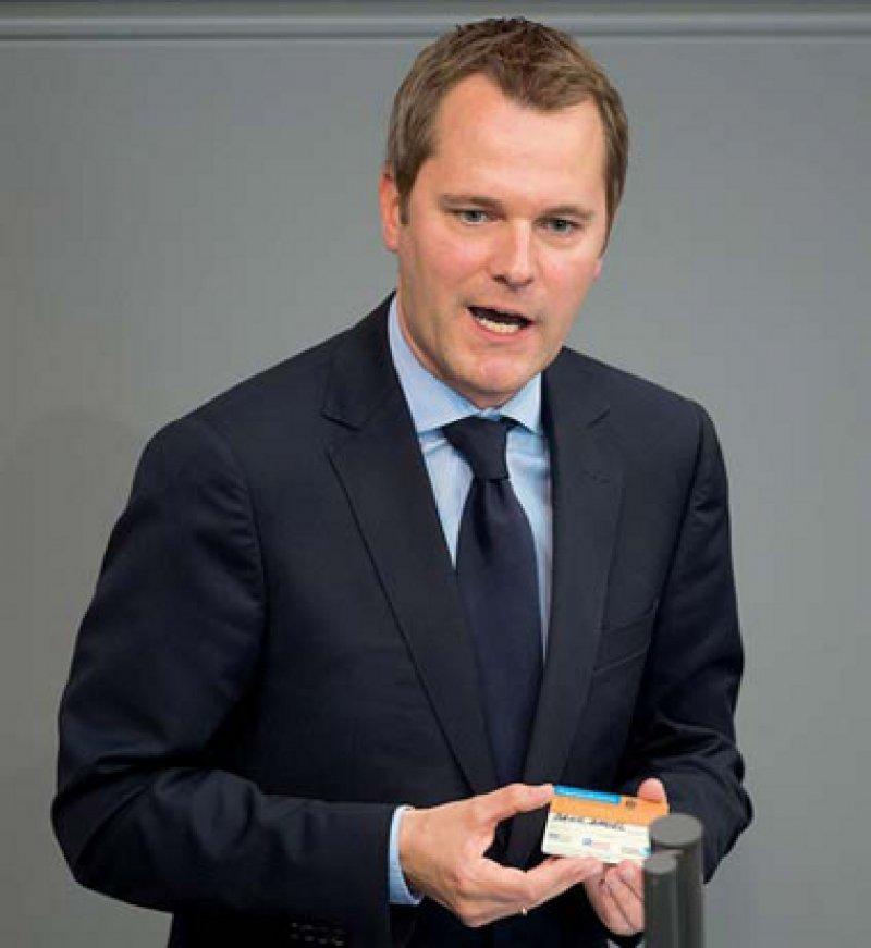 Zufrieden mit der Entscheidungslösung: Bundesgesundheitsminister Daniel Bahr (FDP). Foto: dapd