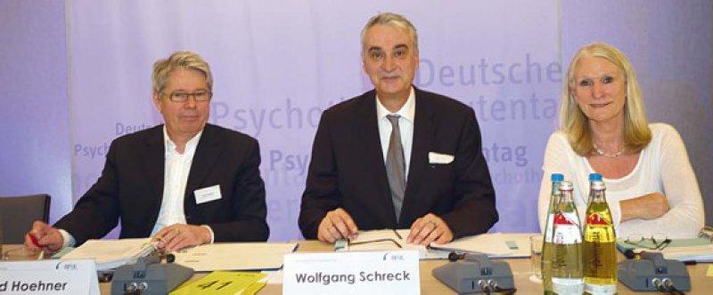 Alles im Griff: die Versammlungsleitung der Psychotherapeutentage. Von links nach rechts: Gerd Hoehner, Wolfgang Schreck und Gabriela Küll. Fotos: Bundespsychotherapeutenkammer