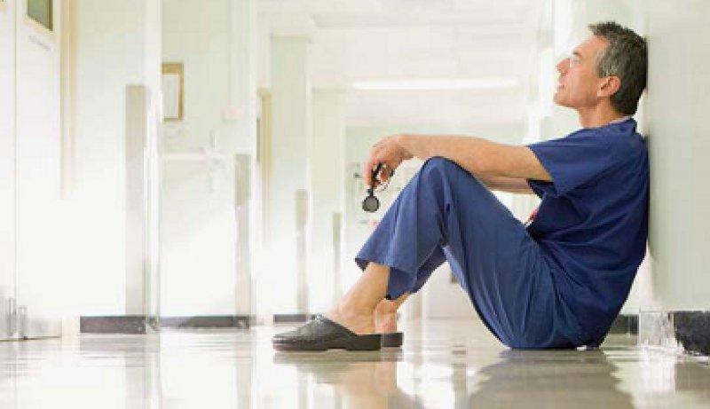 Belastende Arbeitswelt: Auch Ärztinnen und Ärzte spüren eine Arbeitsverdichtung. Foto: picture alliance