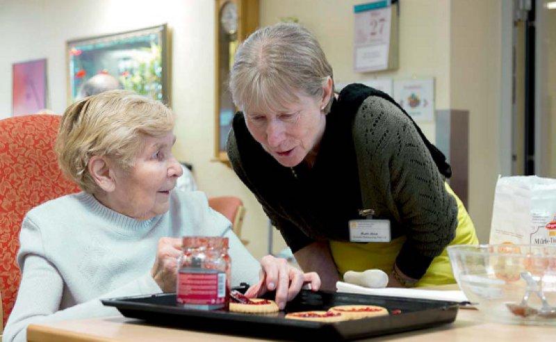 Mit Geduld und Empathie: Ruth Hinz mit einer Bewohnerin des Seniorenheims in Köln-Riehl. Fotos: Jardai/Modusphoto