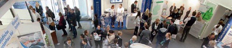 Großer Andrang: Klinikarbeitgeber der Region stellten beim DÄ-Kongress in Hamburg Weiterbildungsmöglichkeiten vor. Foto: Michael Kottmeier