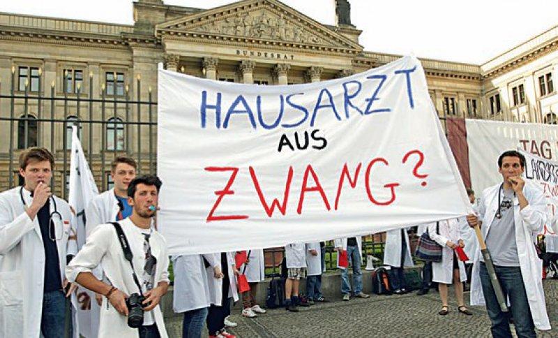 Zwang schafft keine neuen Hausärzte: Dies verdeutlichen Stephan Irannejad (3. v. l.) und seine Kommilitonen vor dem Bundesrat in Berlin. Foto: dpa
