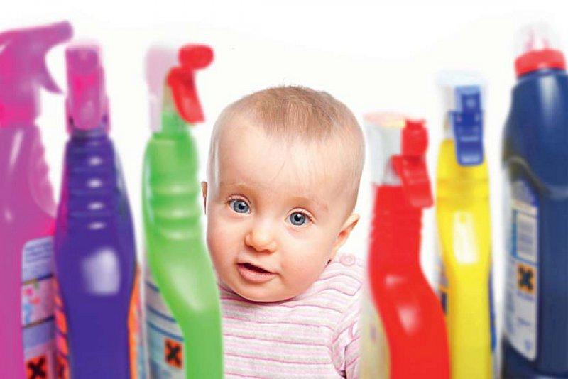 Kleinkinder in der oralen Phase laufen häufiger Gefahr, sich unbeabsichtigt zu vergiften , vor allem wenn sich Arzneimittel oder aggressive Reinigungsmittel in Griffnähe befinden. Foto: Fotolia/Heiko Barth