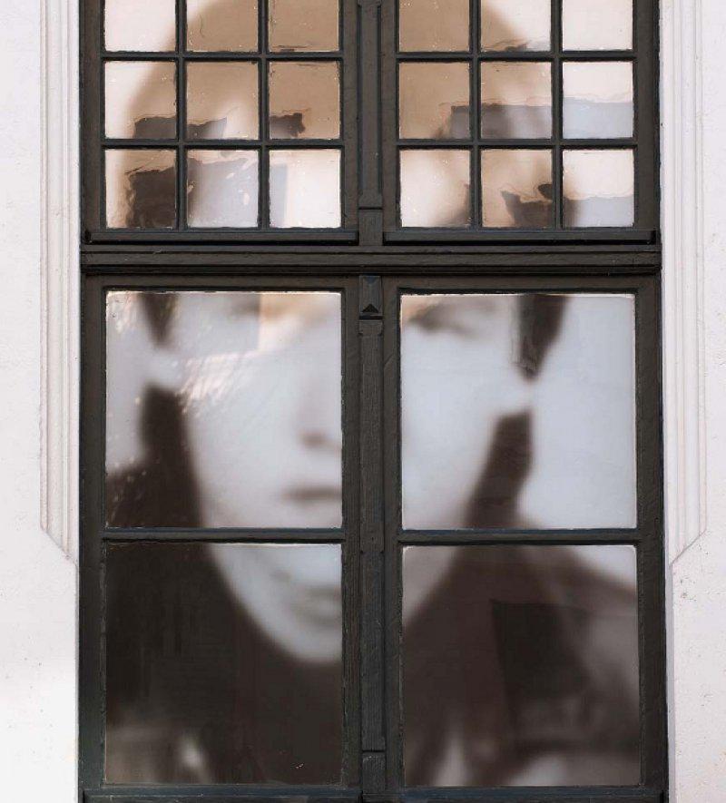 Nach Torgau kam, wer sich nicht anpassen wollte – überdimensioniertes Foto eines Jugendlichen hinter einem Fenster der heutigen Gedenkstätte. Foto: dpa