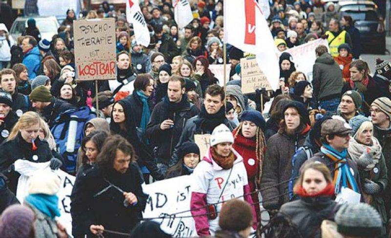Psychotherapeuten in Ausbildung demonstrierten im vergangenen Winter bundesweit für eine angemessene Vergütung während des praktischen Jahres. Foto: Holger Groß