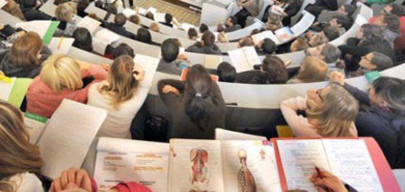 Begehrte Plätze: Vor allem bei Abiturientinnen ist das Medizinstudium beliebt. Foto: dpa