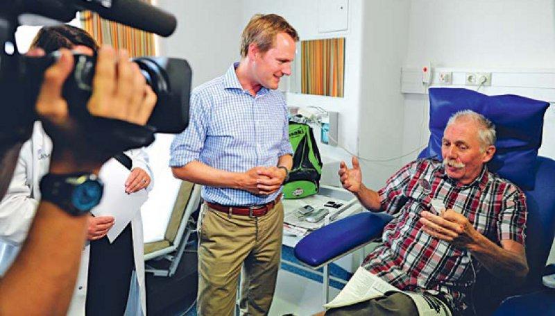 Ortstermin: Bundesgesundheitsminister Daniel Bahr besucht die onkologische Tagesklinik am Universitätsklinikum Münster. Foto: dapd