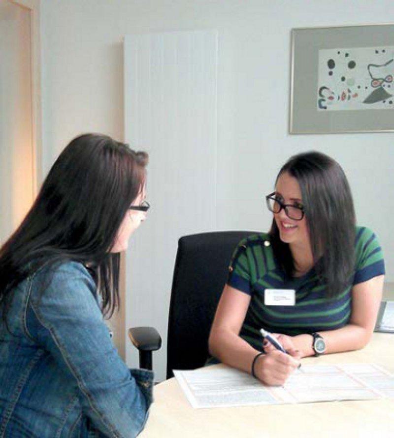 Das Gespräch mit den Angehörigen ist Teil der Aufgabe von Simone Fliegel (rechts) während ihres Bundesfreiwilligendienstes. Foto: privat