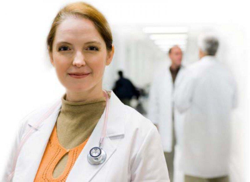 Der Frauenanteil steigt. Doch nur wenige Ärztinnen schaffen es an die Spitze. Foto: picture alliance