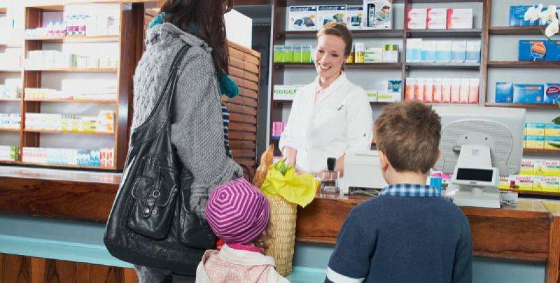 Problembewusstsein stärken: Ärzte und Apotheker sollten Eltern vermehrt über die möglichen Risiken von Antihistaminika der ersten Generation aufklären. Foto: mauritius images