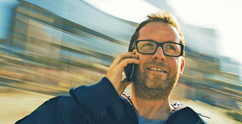 Haltet die Welt an, ich will aussteigen: Florian Opitz mit Smartphone. Foto: Dreamer Joint Venture
