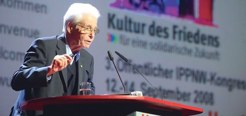 """Horst Eberhard Richter setzte sich bis zuletzt im IPPNW-Vorstand für eine """"Kultur des Friedens"""" ein. Foto: Andreas Schoelzel"""