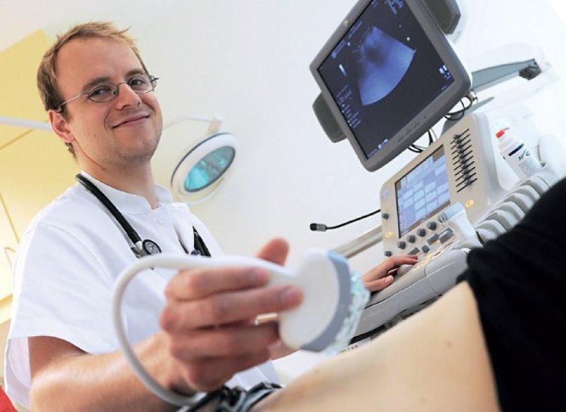 Einen Ultraschallkurs gratis zum PJ: Viele kleinere Kliniken locken bereits jetzt mit Zusatzangeboten, Aufwandsentschädigungen, freier Kost oder Logis. Foto: dpa