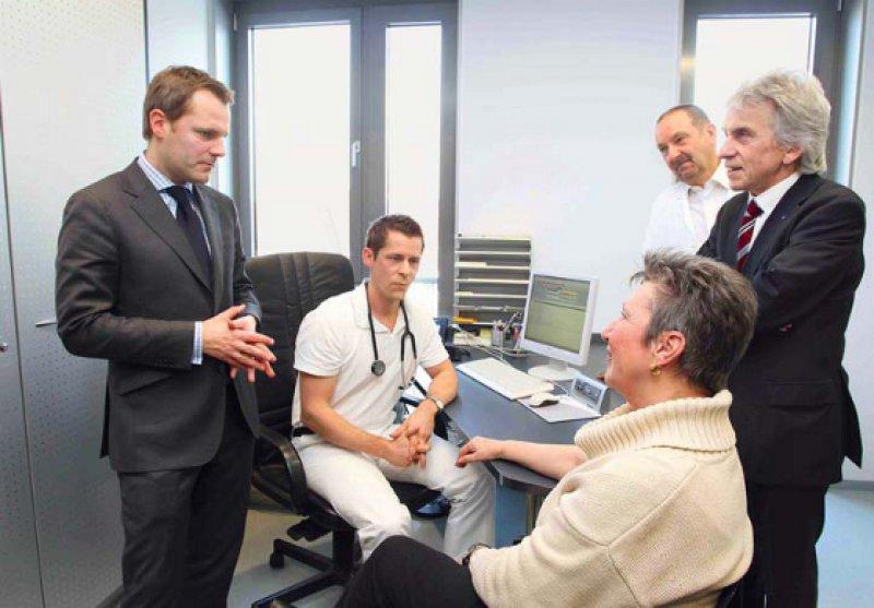 Ortstermin: Bundesgesundheitsminister Daniel Bahr (l.) will von Waltraud Rosenberger wissen, warum sie sich als Patientin in den Hausarztvertrag eingeschrieben hat. Foto: Uli Regenscheit