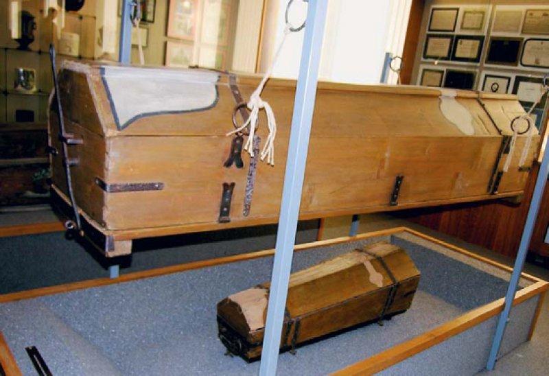 """Der """"Klappsarg"""" kam nur für kurze Zeit zum Einsatz. Er wurde mit der Leiche über die offene Gruft gestellt und geöffnet. Die in einem Leichensack befindliche Leiche fiel in eine offene Grube. Foto: E. Kehnel"""