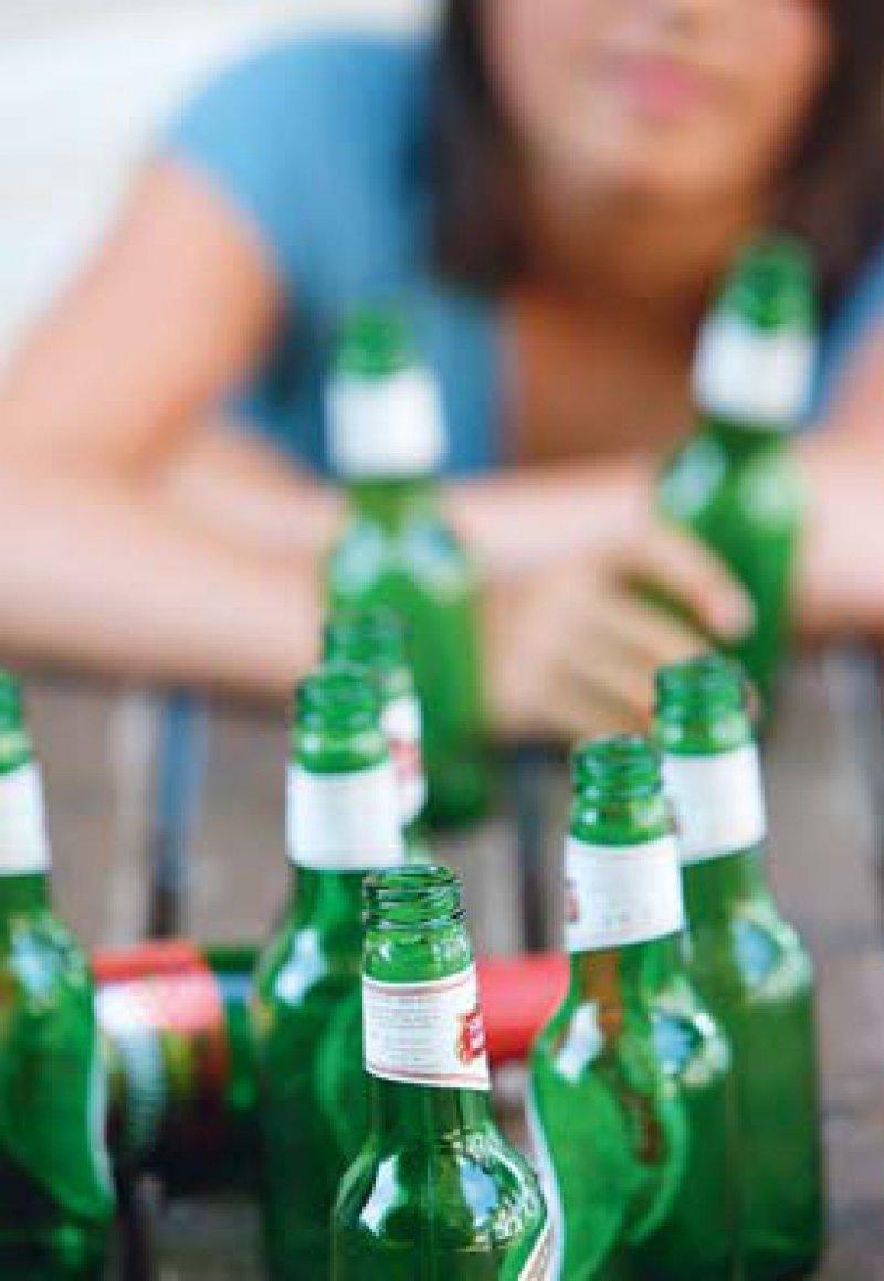 Junge Erwachsene trinken viel. Bei Minderjährigen ist der Alkoholkonsum rückläufig. Foto: picture alliance