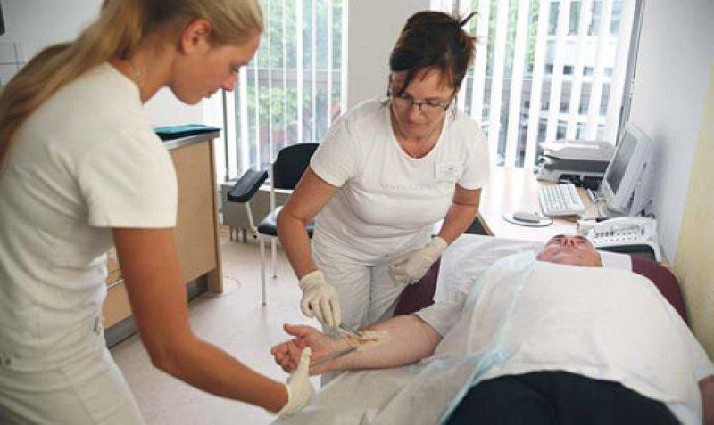 Den anspruchsvollen Aufgaben der Arzthelferinnen sollen künftig auch die Gehälter angepasst werden. Foto: Eberhard Hahne