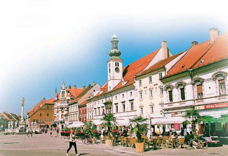 Lebendiges Zentrum: Das Rathaus und zahlreiche restaurierte Bürgerhäuser prägen den Hauptplatz.