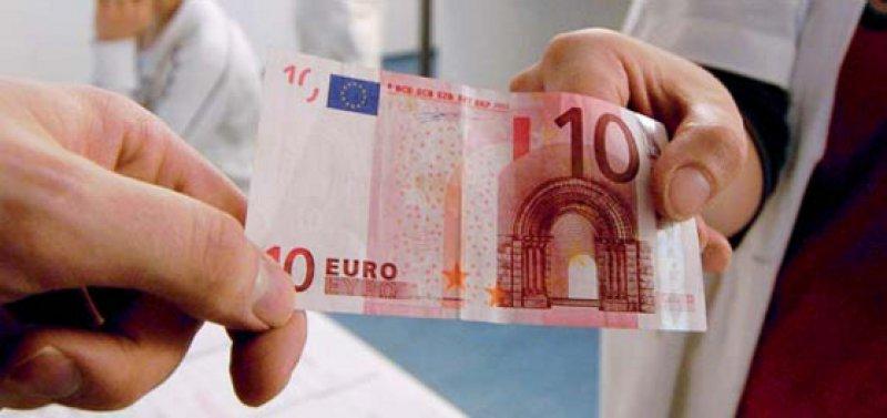 Mit den zehn Euro Praxisgebühr hat sich die Zahl der Arztbesuche nicht verringert. Foto: dpa